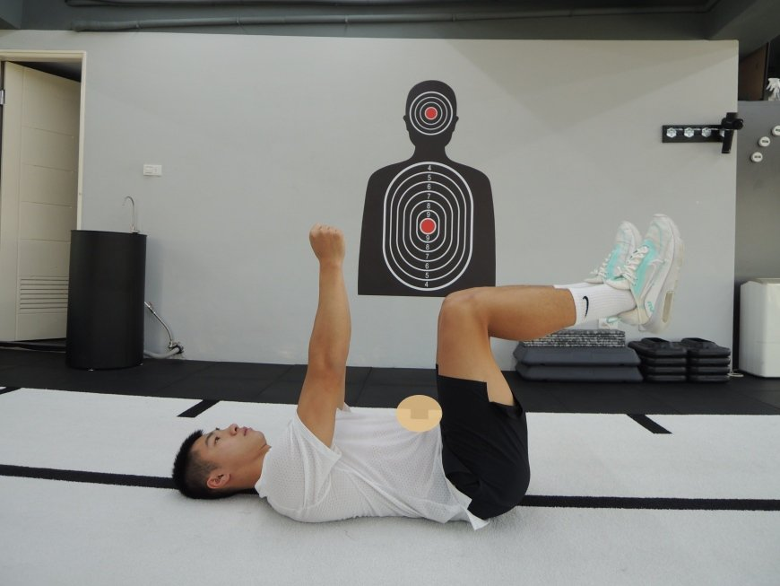 核心肌群:平躺於瑜珈墊上。雙腳舉起,腳尖朝上,軀幹和大腿以及大腿和小腿皆呈90度...