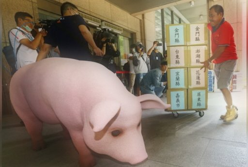 政府倉促開放含萊劑美豬僅口引發爭議,圖為國民黨日前將「反萊豬顧食安公投」連署書送至中選會。  報系資料照