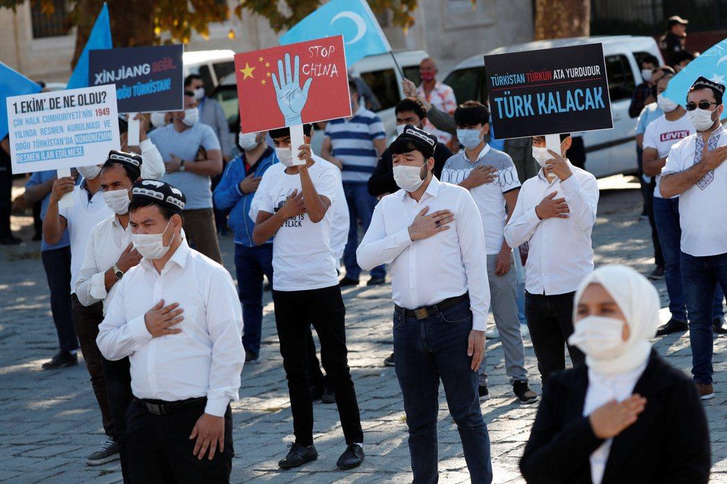 居住在土耳其的維吾爾族,於10月1日中國國慶日當天在伊斯坦堡示威抗議。 圖/路透社