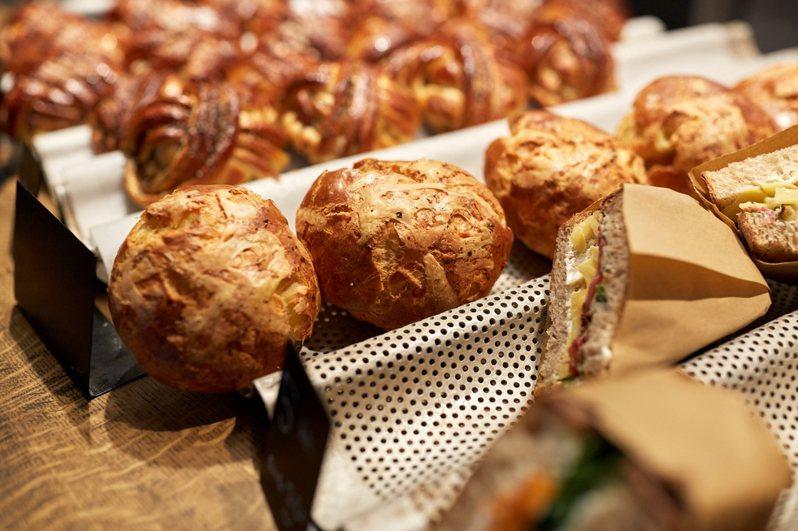 有網友好奇以前常到傳統麵包店買麵包,但如今麵包店越來越少,取而代之的是超商和一些大型連鎖麵包店。 圖/ingimage
