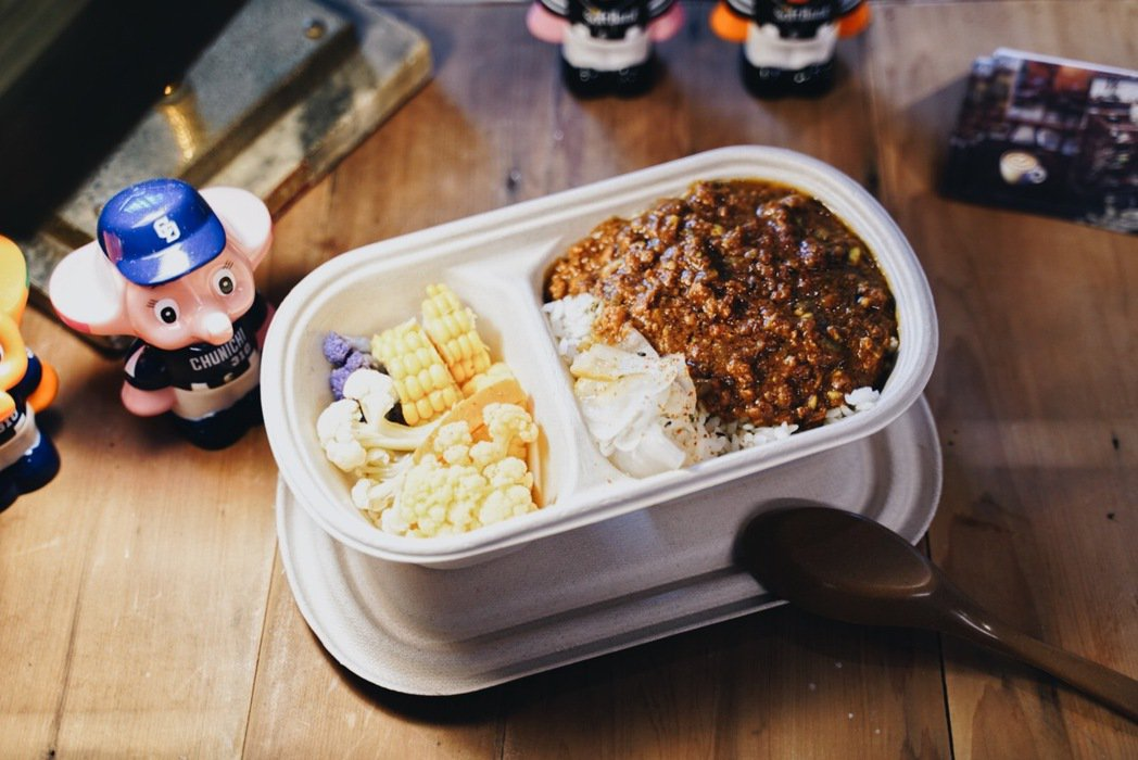 擁有不少老件選物的Merci Cafe也在現場販售咖哩飯、肉桂捲及各式司康,讓會...
