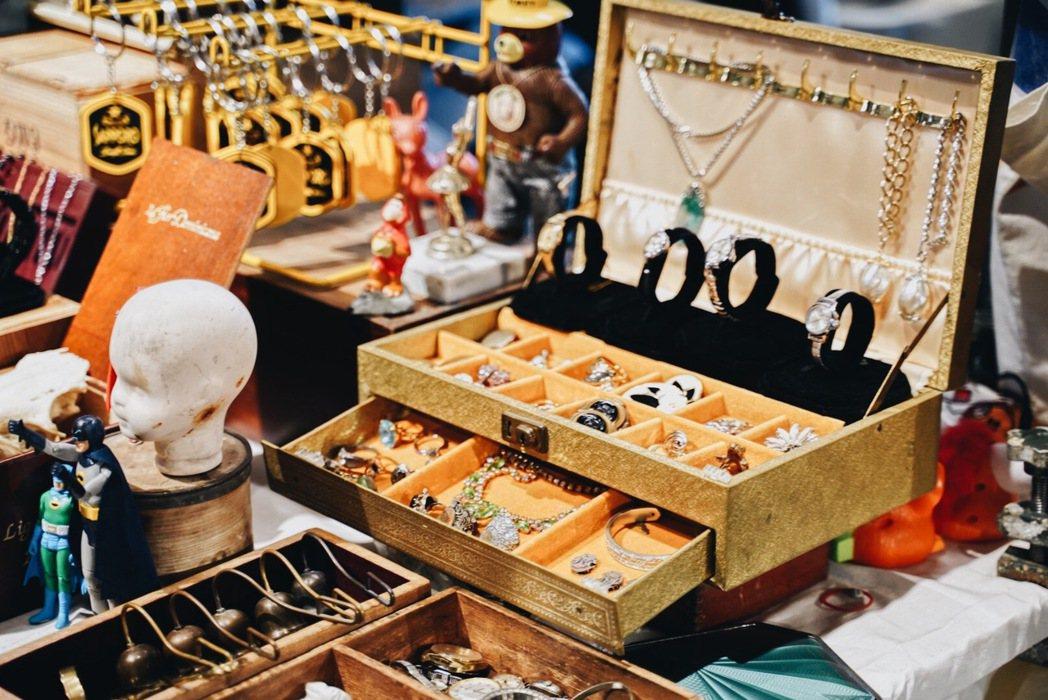 第八回台北蚤之市號召超過70個古物職人設攤。 圖/沈佩臻攝影