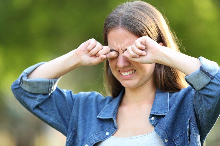 一般而言,夏季天氣炎熱、汗水流進眼睛,容易讓眼睛感到不適,相對地秋冬季節風大且乾...