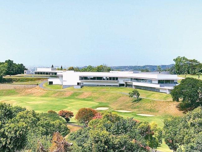 由普立茲克建築獎大師精心打造的「嘉卿會所」,從球場上遠望氣勢澎渤,是一座國際級多...