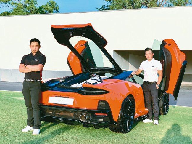 高球好手李玠柏(左)、詹世昌(右)也愛超跑,忍不住與GT合影。 圖/陳志光