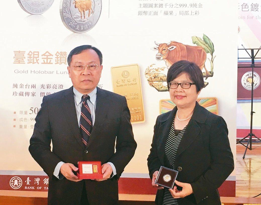 臺銀董事長呂桔誠(左)、總經理邱月琴主持上市發表。 孫震宇/攝影