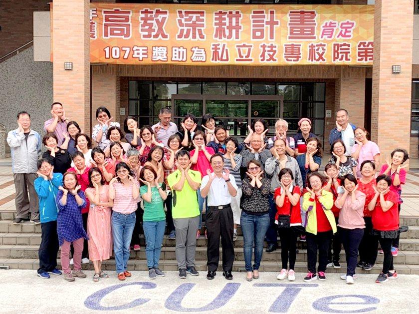 中國科大第11屆樂齡大學學員開學合影。 校方/提供