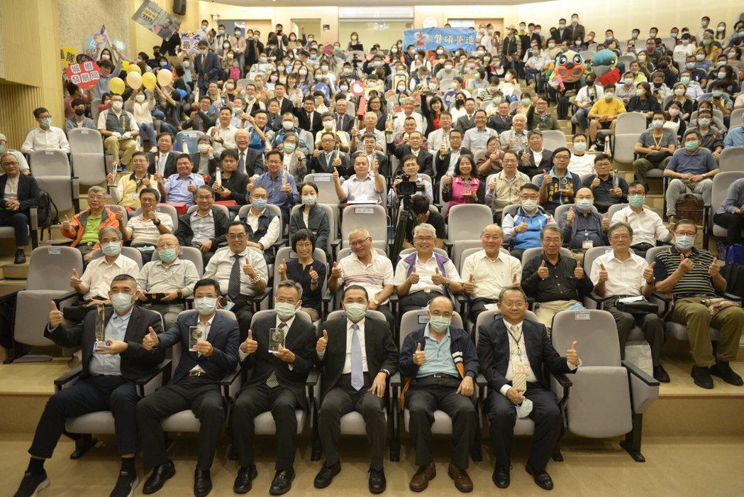 新北市市長侯友宜及公共工程優質獎得獎廠商合照留念。