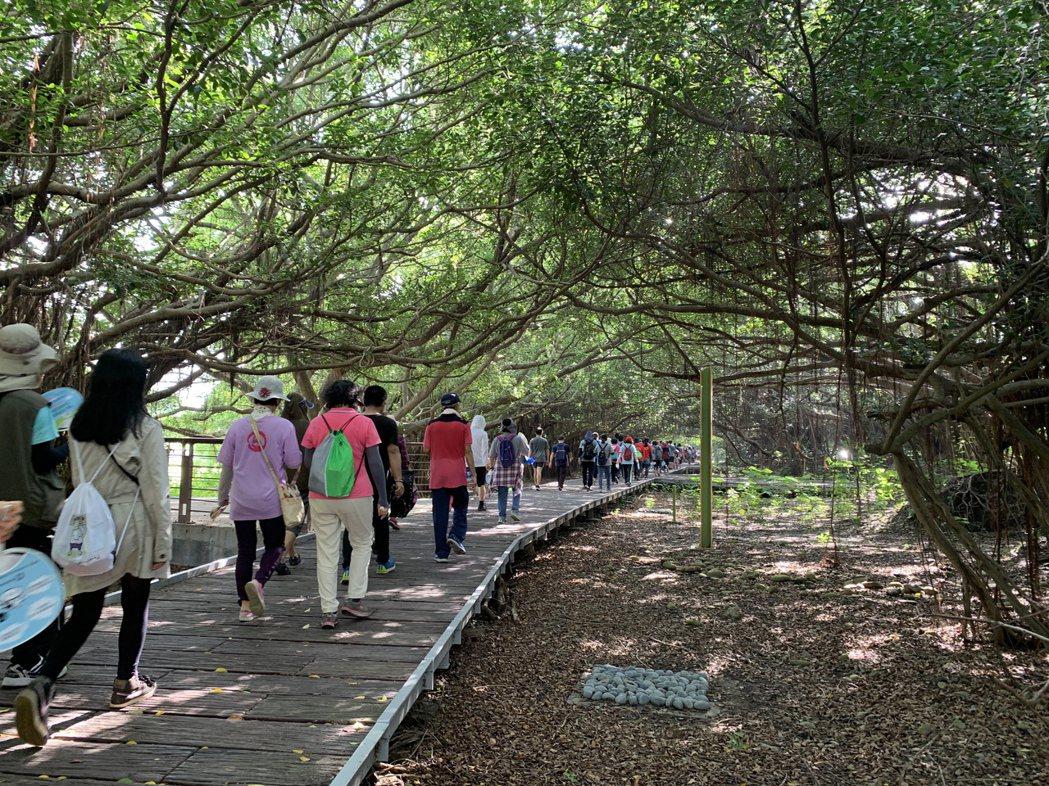 長勝營區林蔭步道遊人如織。  臺南市政府地政局 提供