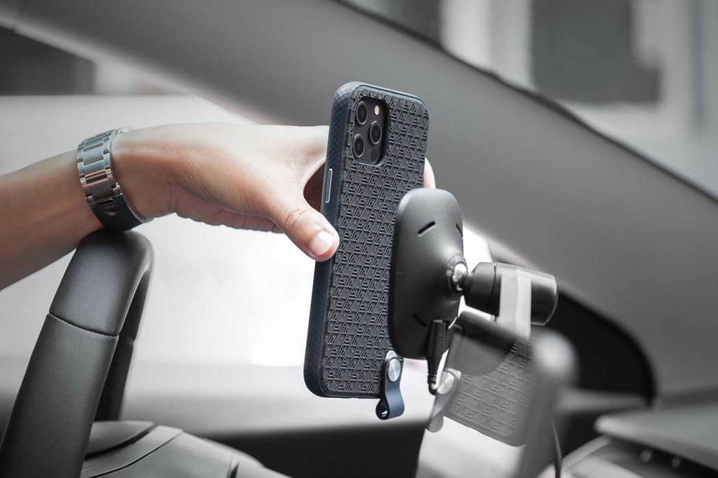 SnapTo 磁吸無線充電手機車用支架(萬用型),能固定於 Telsa Mode...