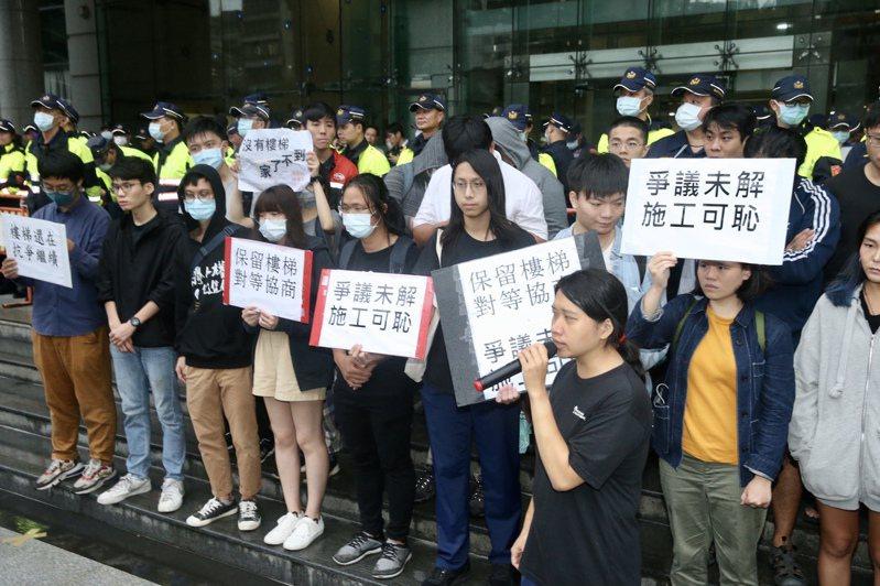 抗議南鐵東移,學生聲援者衝交通部。聯合報記者林俊良/攝影