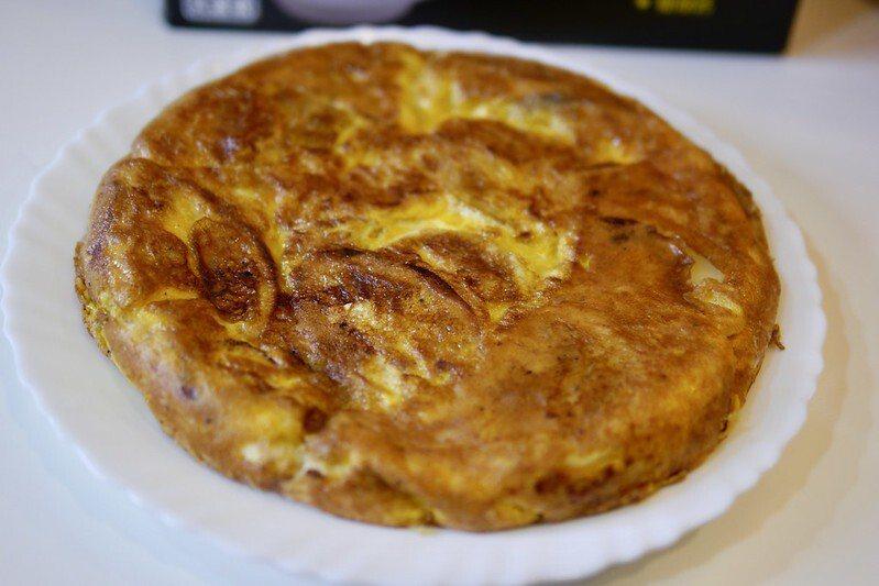只用了馬鈴薯和蛋、鹽、橄欖油,完成了基本款的西班牙式的馬鈴薯蛋餅,馬鈴薯吃起來的口感是脆的。
