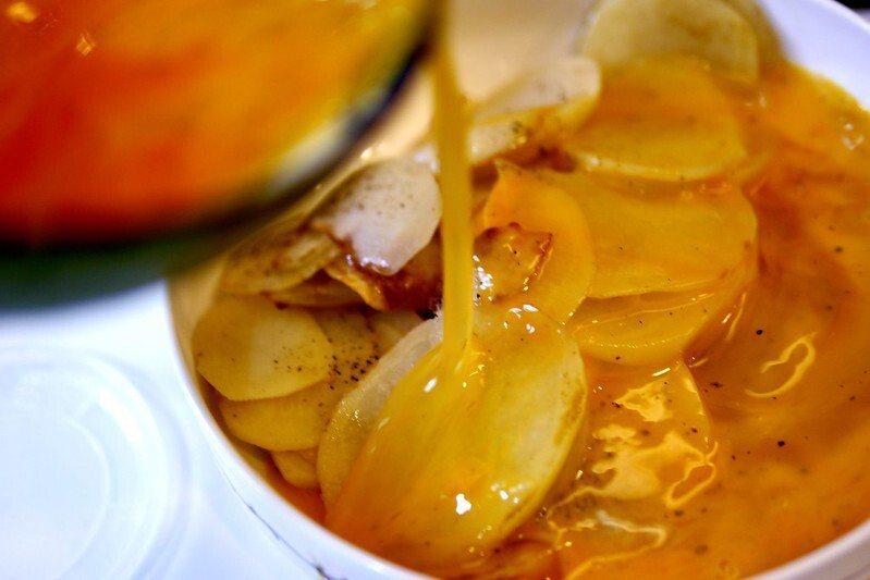 煎好的馬鈴薯片,加入打散的蛋液。