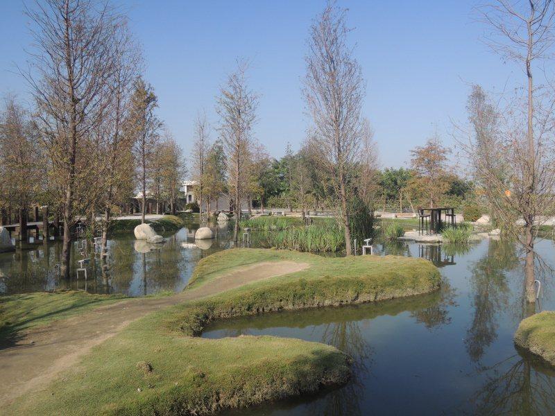 圖二:由數座愛心造型小島構築的景觀生態池