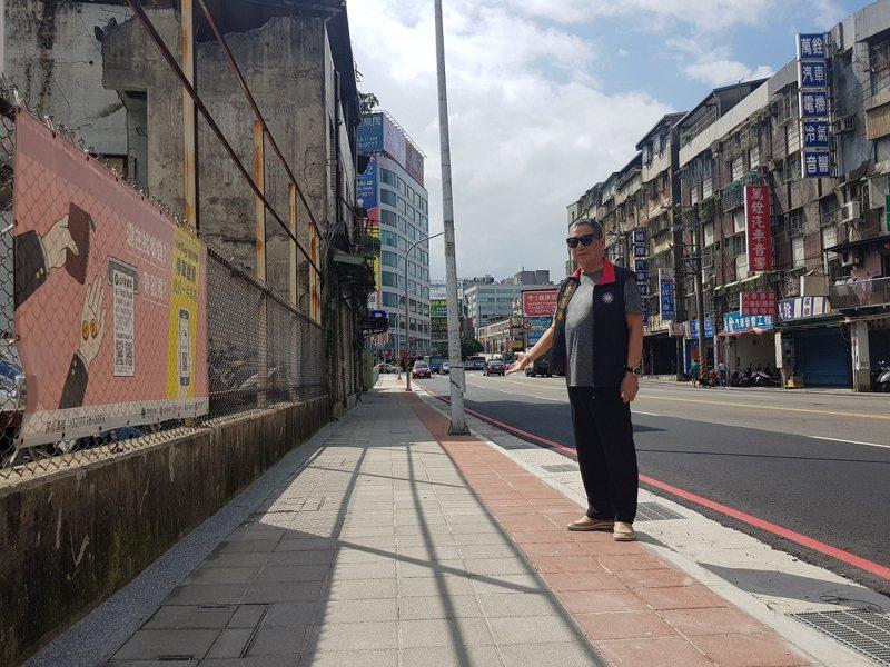 新店中正路從復興路口往環河路方向的人行道拓寬改善工程完工,不僅有了一個安全的通行空間,街道也變寬敞美觀。 圖/大新店有線電視提供