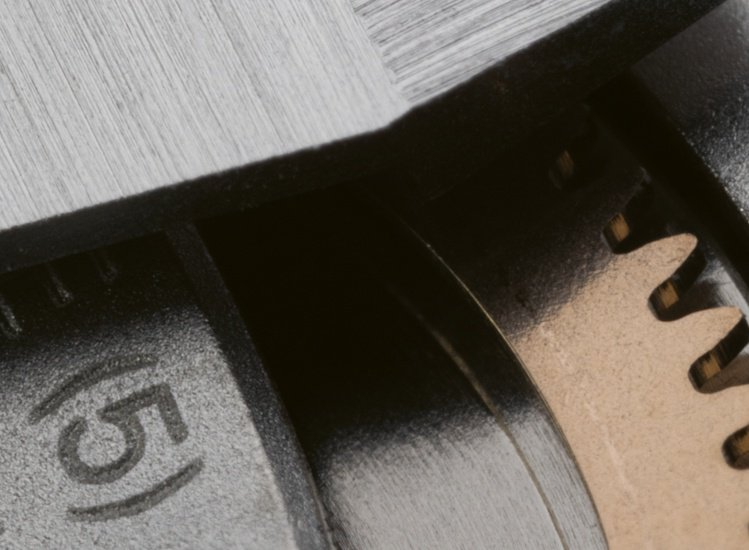 由於使用多種有色金屬和矽材質,和ISO 764的抗磁規定相較,Caliber 4...