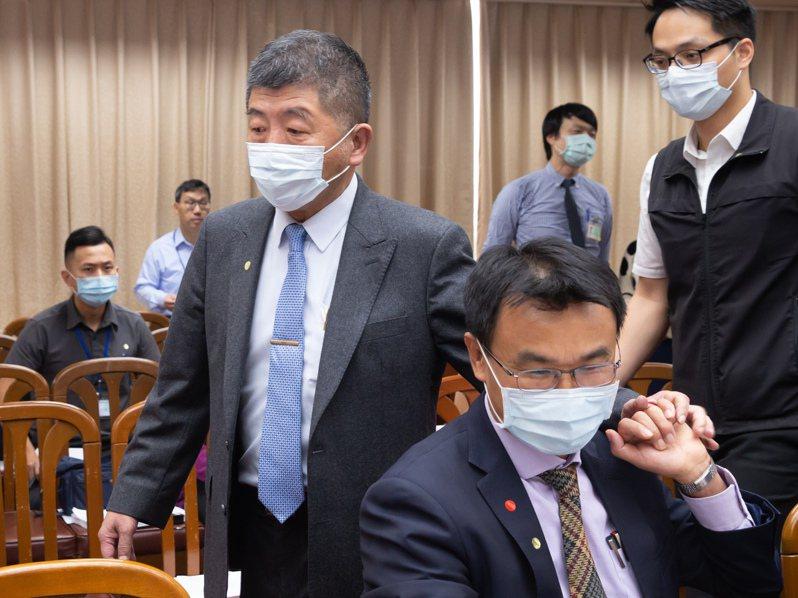 衛福部長陳時中(左一)及農委會主委陳吉仲(右二)出席立法院衛環聯席委員會,由於前一天都遭立委砲轟,昨天開會前兩人先相互打氣。記者季相儒/攝影