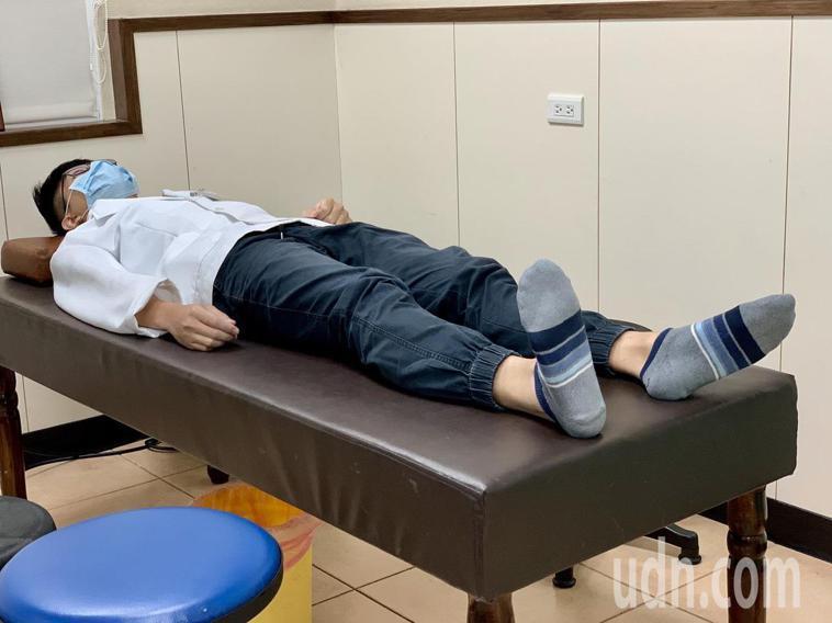 物理治療師建議置換髖關節的患者,可做三項運動,第一招是踝關節幫浦運動。記者王昭月...