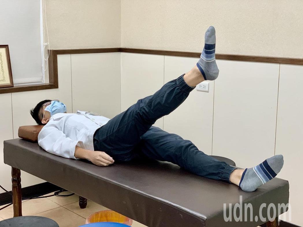 第二招直膝抬腿運動,可增加大腿前側股四頭肌的肌力。記者王昭月/攝影
