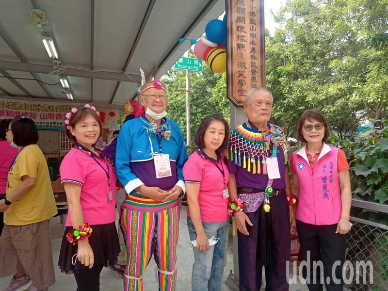 高雄市議長曾麗燕(右)親往祝賀小港山明水秀社區關懷據點成立。記者王昭月/攝影