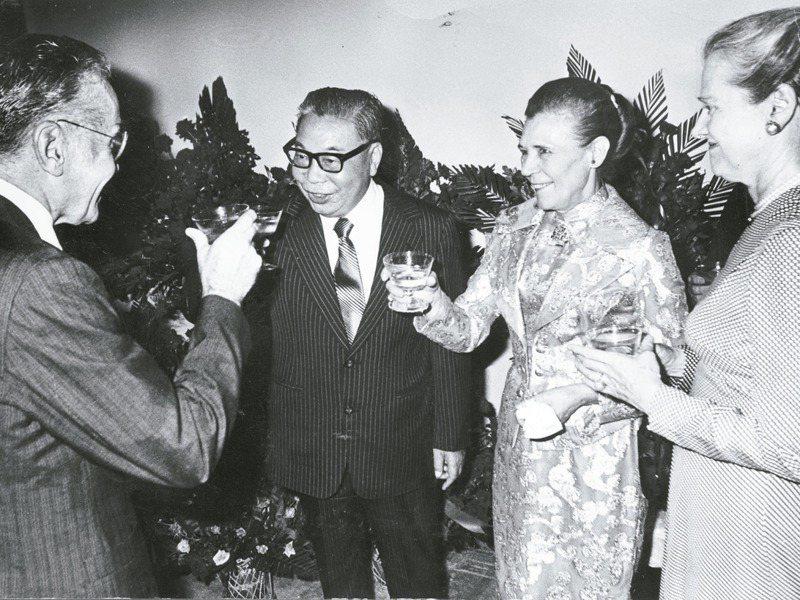 蔣經國總統早年曾是酒國英雄,蔣經國善飲紹興,飲宴應酬作風豪邁,圖為蔣經國(右三)夫婦1976年出席美國建國兩百週年紀念酒會。圖/聯合報系資料照片