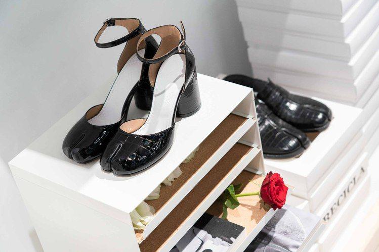 過去不曾有過的瑪莉珍Tabi鞋是現任品牌創意總監John Galliano的設計...