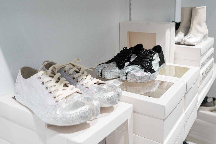 初衣食午獨家引進銀漆帆布鞋,看似隨意潑灑的形式,卻是向最早登上伸展台那雙沾了紅漆...