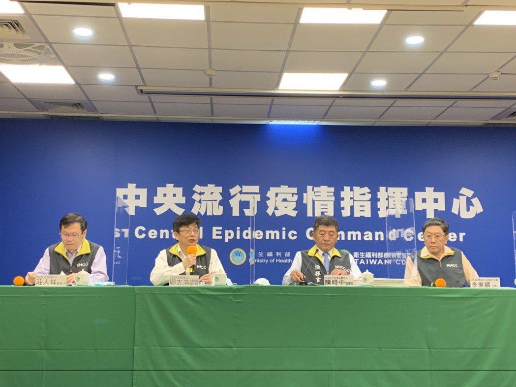 中央流行疫情指揮中心記者會出席名單,由左到右中央流行疫情指揮中心發言人莊人祥、疫...