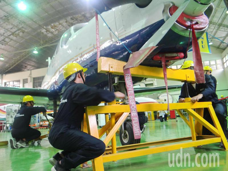 虎科大航太維修培訓中心添購我國自製飛機,打造完善訓練實境,學生操演熟練的飛機維修過程。記者蔡維斌/攝影