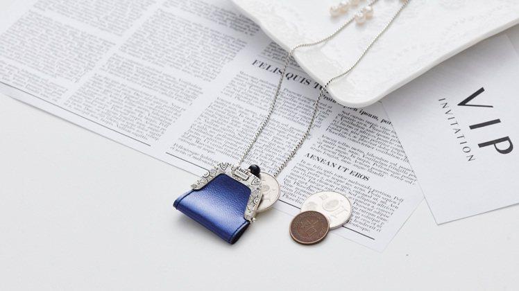 TARATATA代表作之一的「有錢真好項鍊」,將銀飾巧妙結合皮革,帶來活潑愉悅心...
