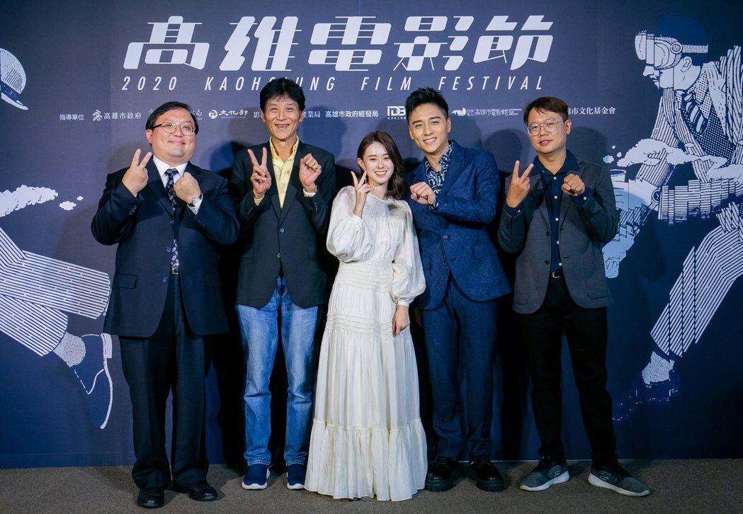 監製唐在揚(左起)、喜翔、邱偲琹、鄭人碩、導演賴孟傑出席高雄電影節,為開幕片「親