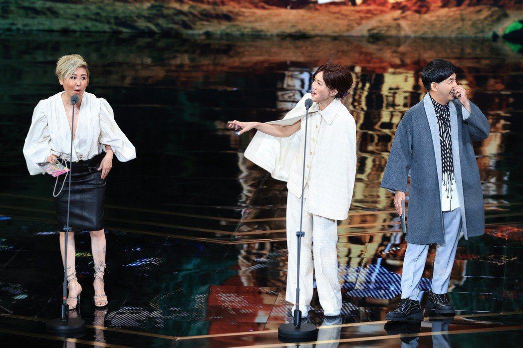 藍心湄(左起)、高怡平在台上臨場互動,是這屆金鐘的大亮點,右為同為頒獎來賓的黃子...