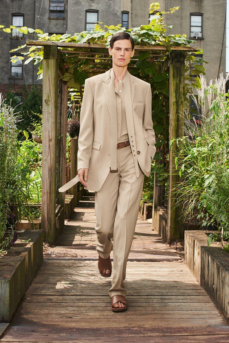 MICHAEL KORS既有的駝色西服、大衣帶來經典都會風格。圖/MICHAEL...