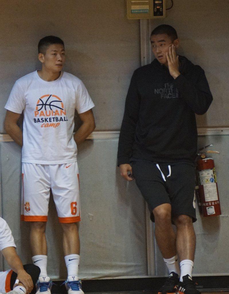 孫思堯(右)今天隨隊來到台大體育館為璞園和領航猿隊友加油。記者劉肇育/攝影