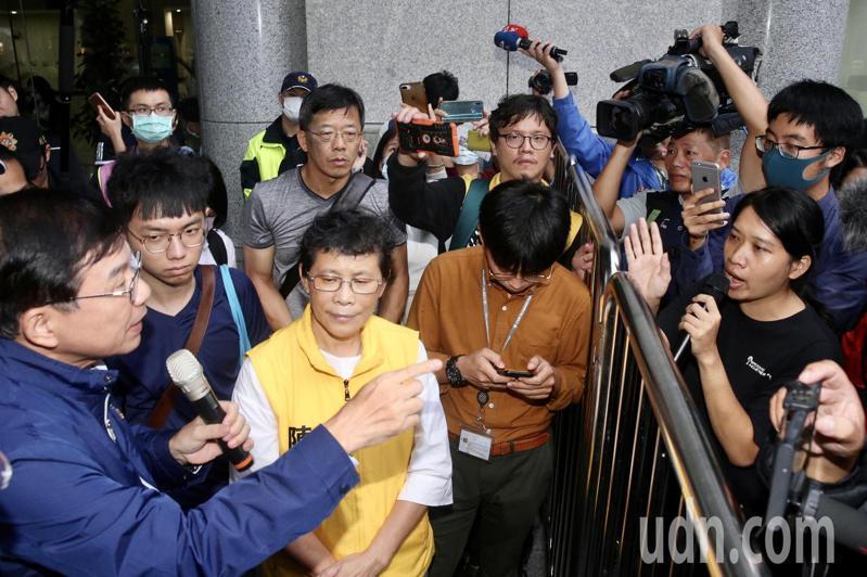 抗議南鐵東移,學生聲援者衝交通部爆流血衝突,次長王國材出面(左)協調,場面一度火爆。記者林俊良/攝影