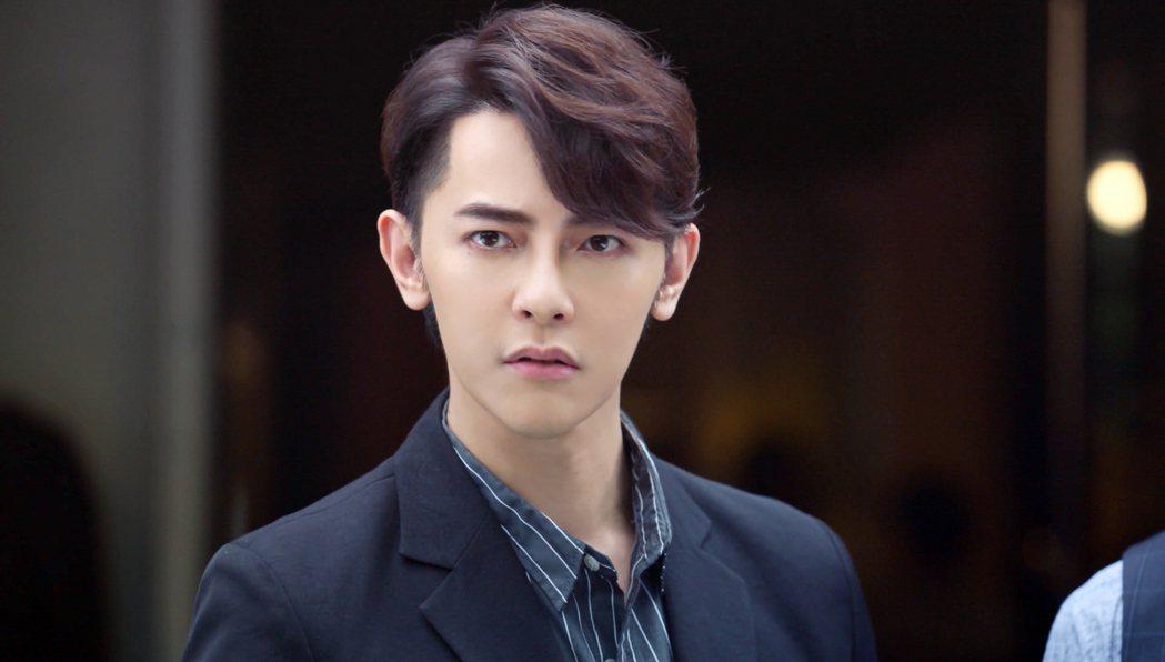 汪東城在「因為我喜歡你」裡飾演白手起家的快遞公司執行長。圖/八大電視提供