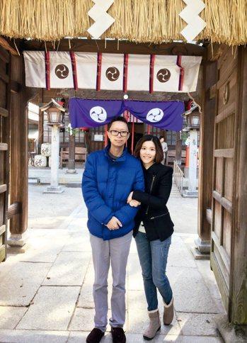 紀君霖(右)與丈夫卡斯柏在日本久留米治療期間,於神社前合照祈福留念。圖╱紀君霖提...