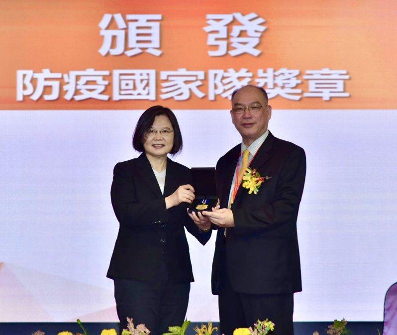 總統蔡英文(左)頒發「行政院防疫國家隊獎章」給台灣區工具機暨零組件公會理事長許文憲(右)。記者宋健生/攝影