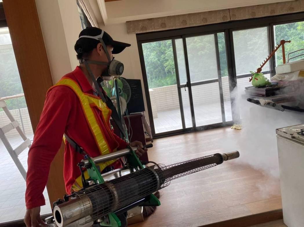 衛生局長陳潤秋表示,針對今日確診個案,市府已完成2案住家戶外半徑200公尺進行噴...