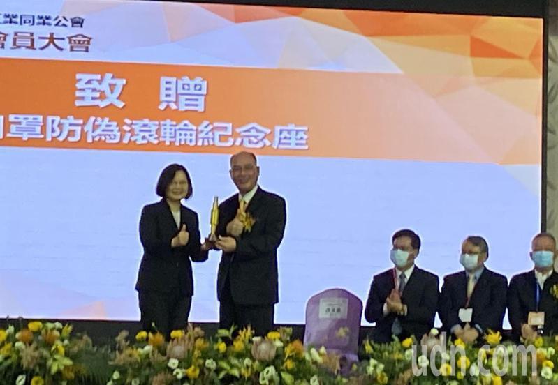 蔡英文總統(左)今天下午頒發「行政院防疫國家隊獎章」,由工具機公會理事長許文憲(右)代表接受。記者趙容萱/攝影