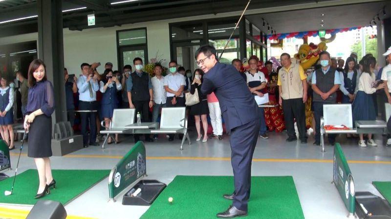 高雄市長陳其邁為聯上高爾夫球練習場揭幕開球。記者王昭月/攝影