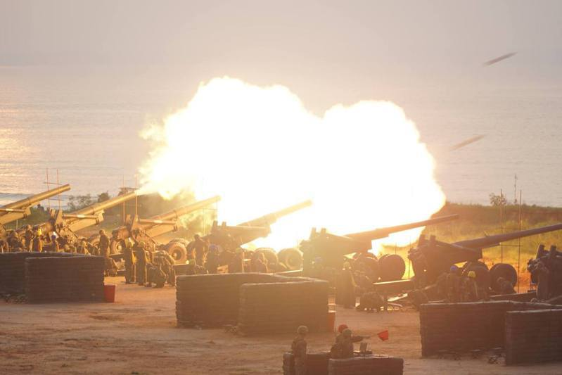 金防部年度重頭戲「聯合反登陸作戰」操演,每年都會擊發上百發的砲彈,圖為去年拂曉出擊,砲聲隆隆的盛況。本報資料照片