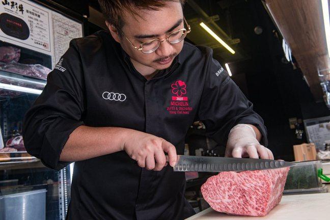 鍾佳憲握著刀分切牛肉的專業度可不輸任何科班出身的廚師。記者陳葦庭/攝