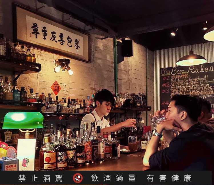 酒號工作室的負責人「室長」經營細心,他認真理解客人需求、並不時在調酒中加入在地元...