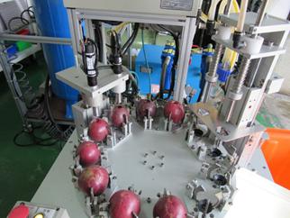 農試所百香果取漿機外觀與機構位置。圖/農委會提供