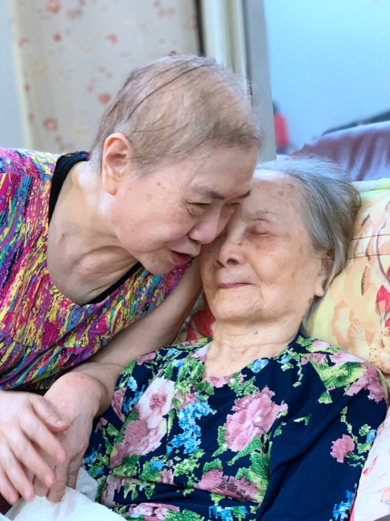 第一次看到大姊掉淚是在醫院治療的時候,大姊掛心家裡98歲的老母親,她打電話哄著母親說:「媽媽,要乖乖睡喔,我打完針明天就回家陪妳。」圖╱羅竹平提供