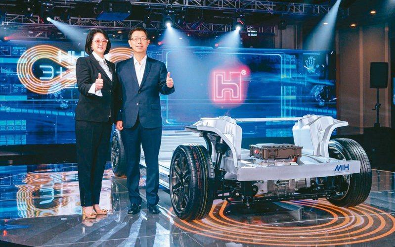 鴻海董事長劉揚偉(右)與裕隆執行長嚴陳莉蓮昨天出席鴻海科技日。鴻海/提供