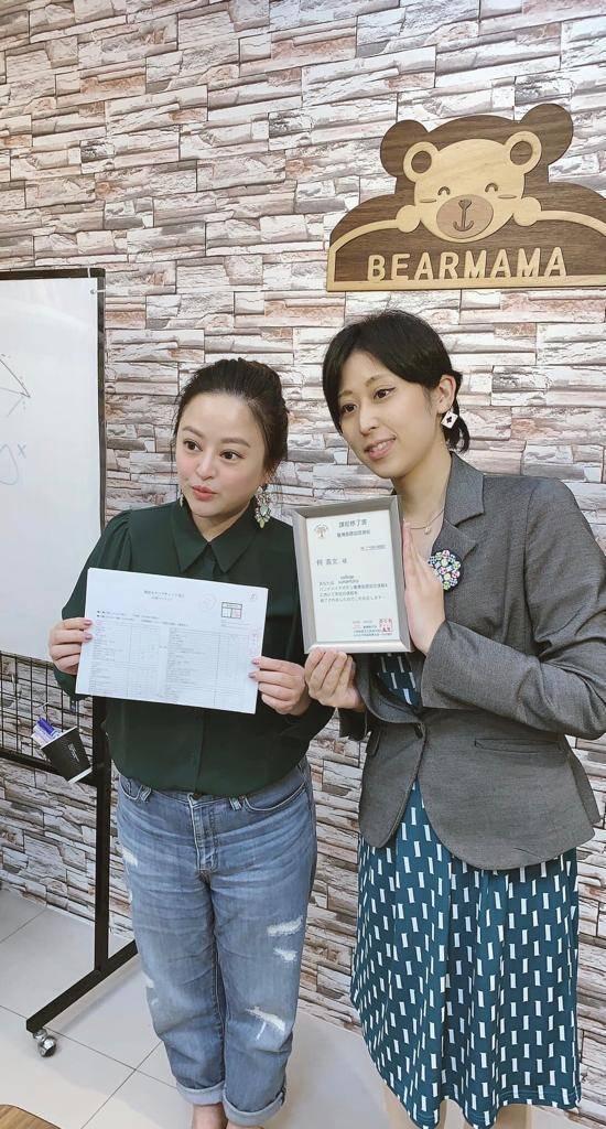 何嘉文(左)拿到素素釦的證照。圖/何嘉文提供