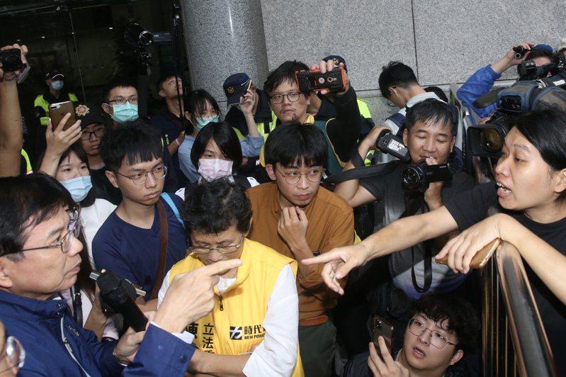 抗議南鐵東移的學生與聲援者昨在交通部前與警方爆發嚴重衝突,交通部次長王國材(左)出面協調,場面一度火爆。記者林俊良/攝影