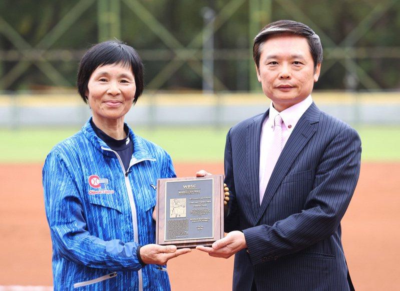中華壘協副理事長林昆漢(右)代WBSC轉贈名人名獎牌、戒指給張簡金玲。 圖/中華壘協提供